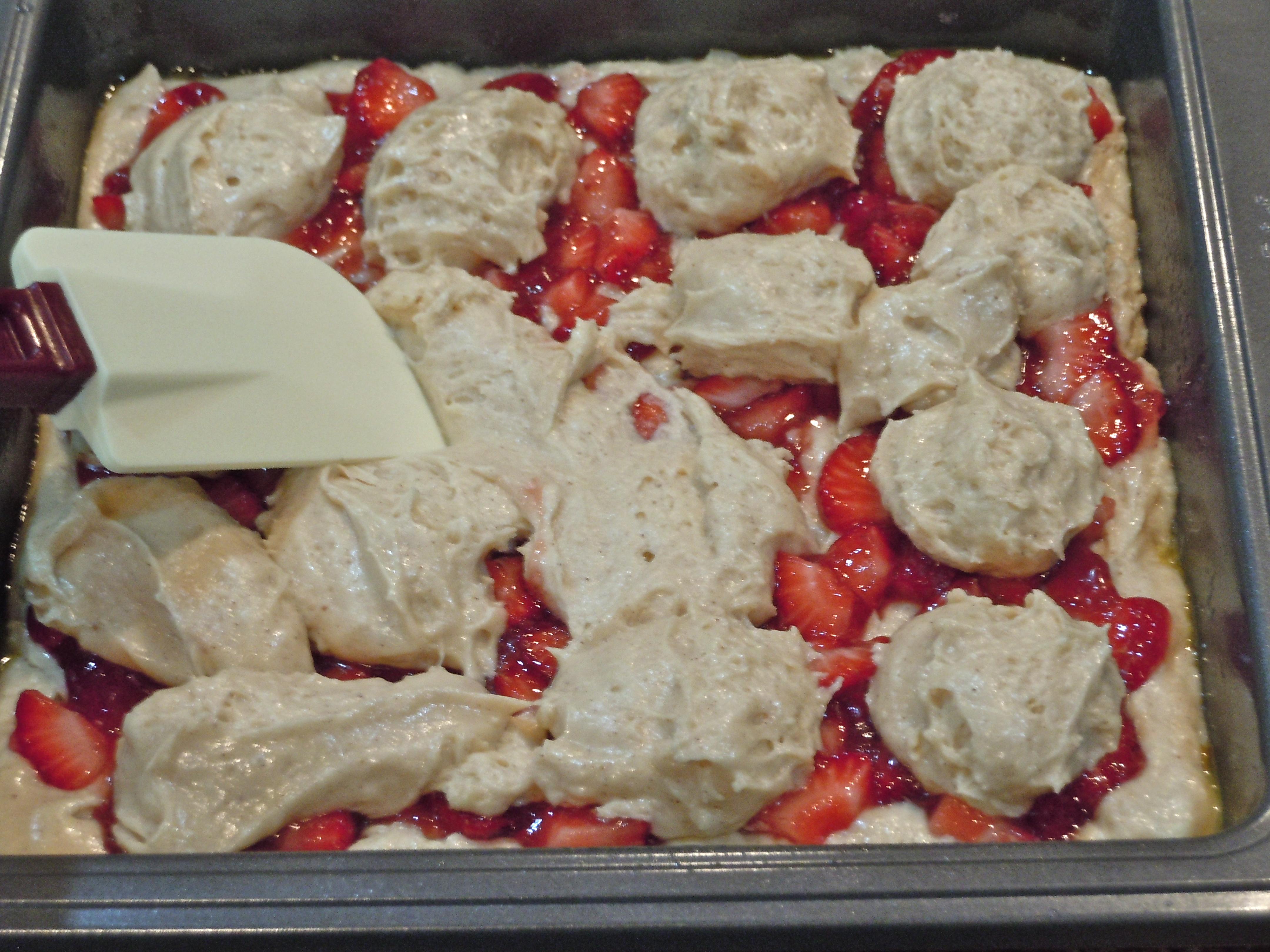 Fresh Strawberry Crumb Cake | CookiesCakesPiesOhMy